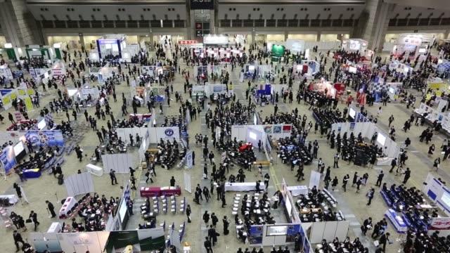 vídeos de stock e filmes b-roll de university students attend a job fair hosted by mynavi corp in tokyo japan on sunday march 20 2016 - feira de emprego