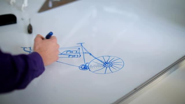 studenten erstellen schemas e-bike - maschinenbau stock-videos und b-roll-filmmaterial