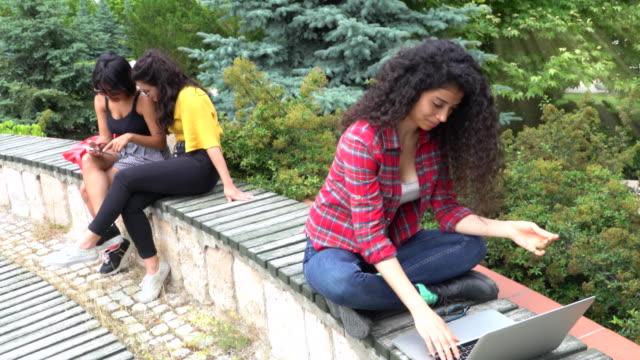 ノート パソコンと庭でテキストと大学留学