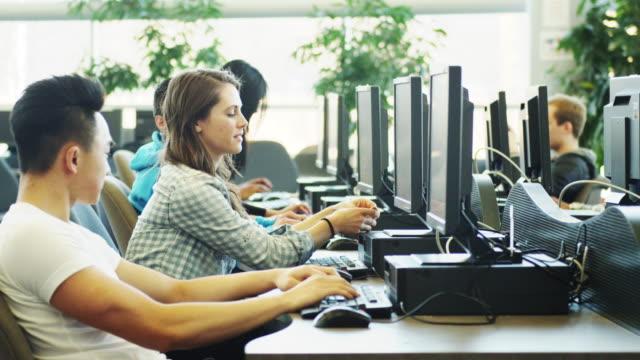 vídeos y material grabado en eventos de stock de estudiantes universitarios estudiando en un laboratorio de computación - laboratorio de ordenadores