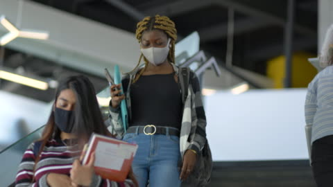 vídeos de stock e filmes b-roll de university students taking the stairs wearing masks - faculdade