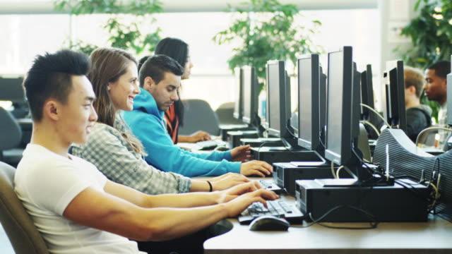 vídeos y material grabado en eventos de stock de universidad los estudiantes usando laboratorio de computación - laboratorio de ordenadores