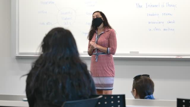 stockvideo's en b-roll-footage met universitaire studenten die maskers in klasse dragen - canada