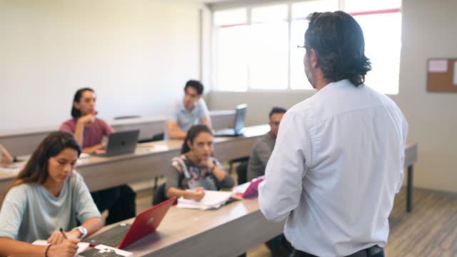 教室の大学教師と学生 - 討論点の映像素材/bロール