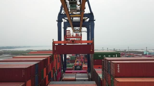 entladen von cargo container aus containerschiff - frachtschiff stock-videos und b-roll-filmmaterial