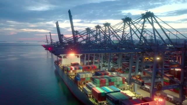 entladen von cargo ship aerial view - kran stock-videos und b-roll-filmmaterial