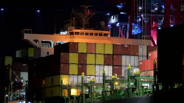entladen der container eines containerschiffes in der nacht, hamburg - entladen stock-videos und b-roll-filmmaterial