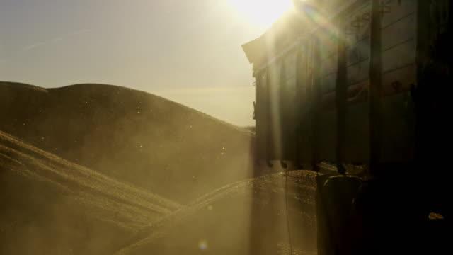 vídeos de stock, filmes e b-roll de é descarga de milho de um trailer - cereal plant