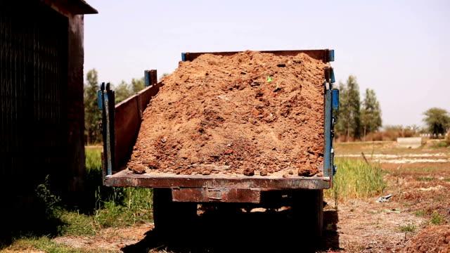 lossning vagn full av smuts - trådbuss bildbanksvideor och videomaterial från bakom kulisserna