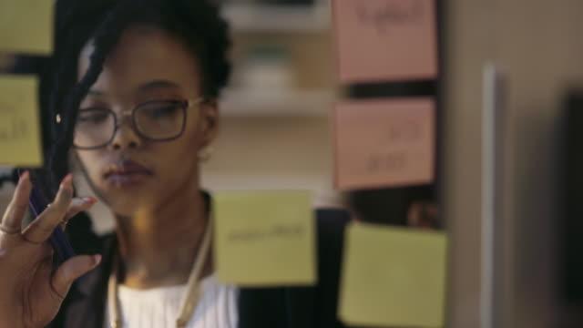 vídeos de stock, filmes e b-roll de desbloqueando o segredo para um crescimento mais rápido dos negócios - mulheres jovens