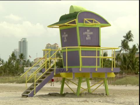 unmanned lifeguard tower on empty beach miami - cabina del guardaspiaggia video stock e b–roll