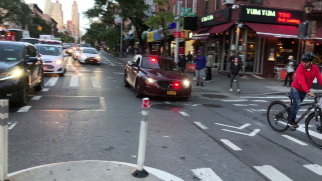 unmarked police car rushing in new york city - ufficiale grado delle forze armate video stock e b–roll