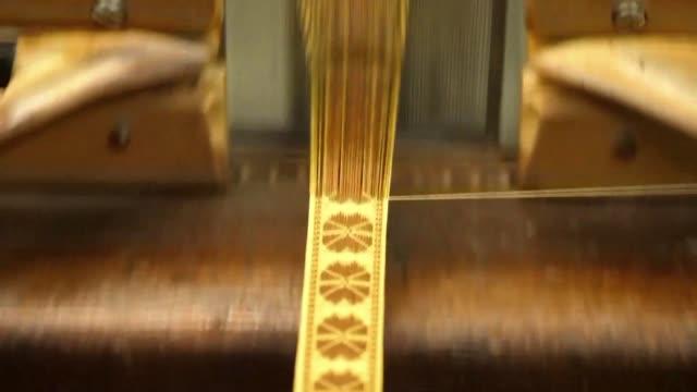 uno de los talleres mas antiguos de florencia el antico setificio fiorentino abrio esta semana sus puertas para rendir homenaje al urdidor para la... - seda stock videos & royalty-free footage