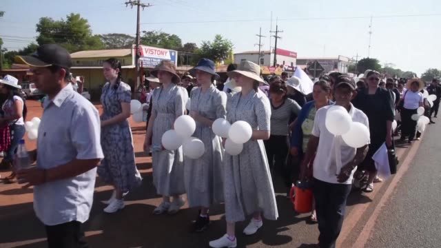 Unos 10000 paraguayos entre ellos centenares de prosperos colonos menonitas marcharon el martes en silencio contra la inseguridad los secuestros...