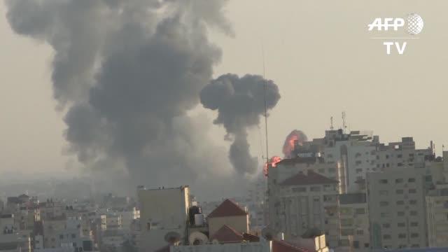 vídeos de stock e filmes b-roll de unos 200 cohetes fueron disparados el sabado desde la franja de gaza hacia israel por lo que este lanzo ataques de represalia en los que murieron... - israel