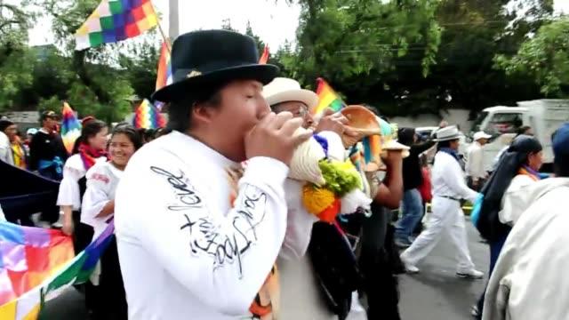 unos 2.000 nativos ecuatorianos, apoyados por sectores de oposicion, ocuparon este jueves un parque en el centro moderno de quito. voiced: marcha... - moderno stock videos & royalty-free footage