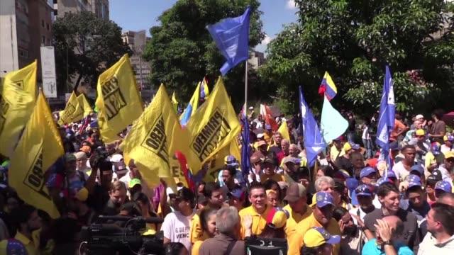 unos 2000 opositores venezolanos salieron a las calles el lunes para exigir adelanto de las elecciones para sacar del poder al presidente nicolas... - politica stock videos & royalty-free footage