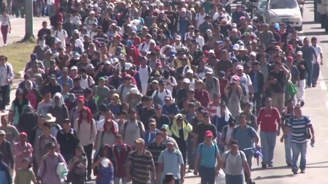 vídeos y material grabado en eventos de stock de unos 2000 salvadorenos salieron el miercoles de san salvador hacia estados unidos un recorrido que haran a pie adultos ninos y jovenes que huyen de... - ee.uu