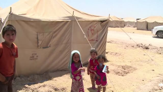 vídeos de stock, filmes e b-roll de unos 20000 ninos corren riesgo de ser reclutados forzosamente por el grupo estado islamico en la ciudad iraqui de faluya que fuerzas del gobierno... - irak