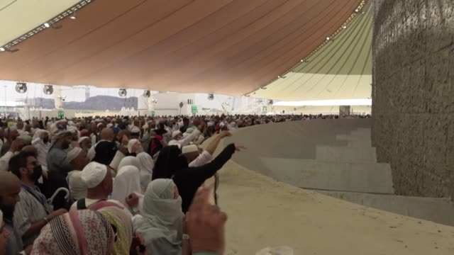 vídeos de stock e filmes b-roll de unos 25 millones de musulmanes en peregrinaje a la meca en arabia saudita iniciaron el ritual de la lapidacion de satan en el marco de aíd al adha la... - peregrinação
