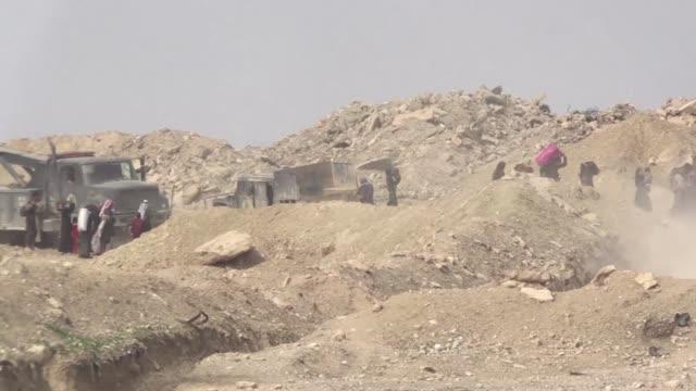 vídeos de stock, filmes e b-roll de unos 28000 civiles salieron de la parte oeste de mosul en los ultimos diez dias tras el inicio de la nueva etapa de ofensiva de las fuerzas iraquies... - irak