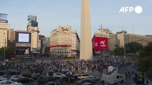 vídeos de stock e filmes b-roll de unos 300 opositores protestaron el sábado frente al obelisco de buenos aires pese al confinamiento en rechazo a un proyecto de reforma judicial del... - obelisco de buenos aires