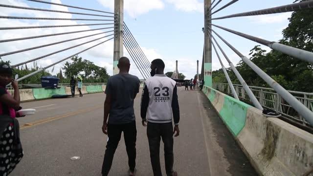 unos 450 migrantes, la mayoría haitianos, cumplieron el jueves una semana varados tratando infructuosamente de ingresar a perú desde brasil por un... - puente stock videos & royalty-free footage