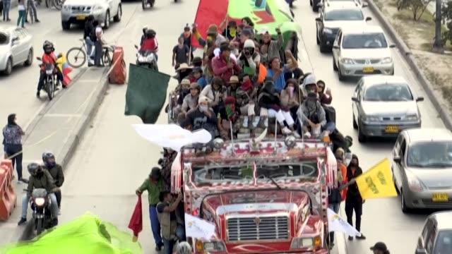 vídeos de stock e filmes b-roll de unos 7.000 indígenas colombianos llegaron el domingo a bogotá para exigir un encuentro con el presidente iván duque, protestar contra la violencia en... - exigir