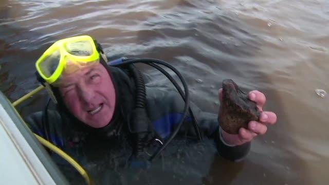 unos hallazgos en el rio san salvador de uruguay podrian demostrar que aqui se encuentra el primer asentamiento europeo en el cono sur - arqueologia stock videos & royalty-free footage