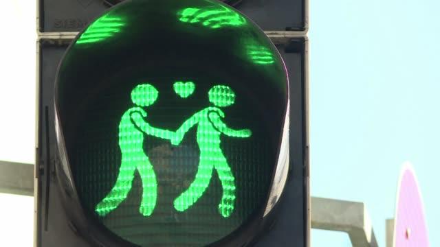 unos insolitos semaforos para viandantes en los que se puede ver una pareja gay en lugar del clasico peaton solitario fueron instalados recientemente... - peaton stock videos and b-roll footage