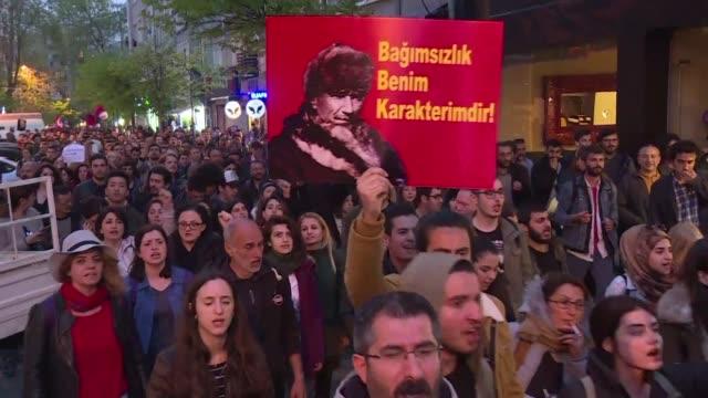 Unos mil opositores turcos salieron el miercoles a las calles de Estambul para protestar contra el veredicto del poder electoral que rechazo anular...