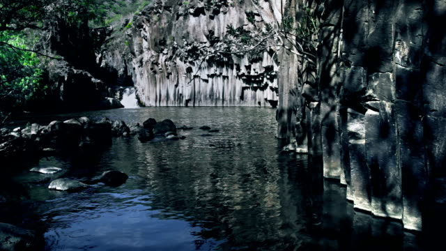 vídeos de stock, filmes e b-roll de surreal lago - ângulo agudo