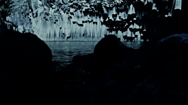 vídeos de stock, filmes e b-roll de surreal noite lago - ângulo agudo