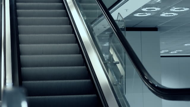 stockvideo's en b-roll-footage met unrecognisable hooded man walking up escalator - shirt met capuchon