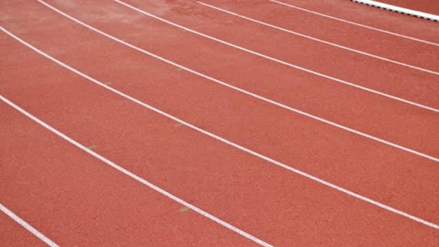 unkenntlich athletischer sprint auf dem leichtathletikfeld. - sportplatz stock-videos und b-roll-filmmaterial