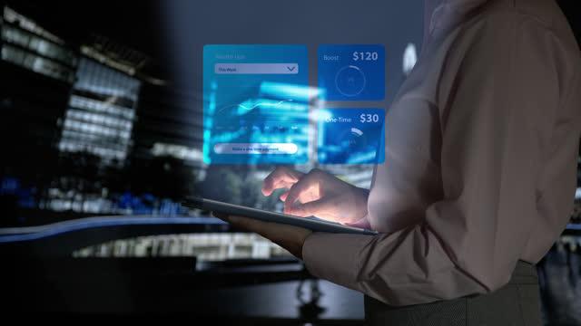 vídeos y material grabado en eventos de stock de mujer de negocios irreconocible mirando los datos financieros de tabletas e imágenes holográficas que aparecen en primer plano - operar