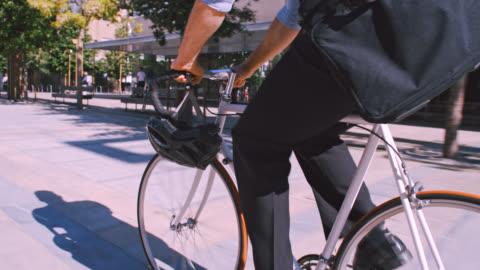 stockvideo's en b-roll-footage met la ms unrecognizable zakenman paardrijden zijn fiets - cycling