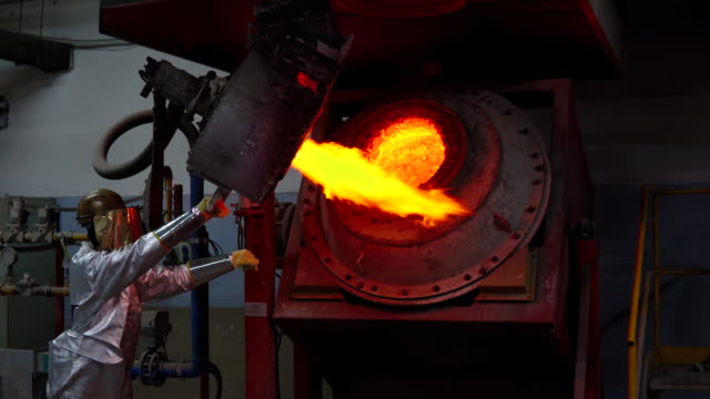 unkenntlich gemachter gießereiarbeiter in schutzkleidung schmilzt gold in der goldgießerei - metallindustrie stock-videos und b-roll-filmmaterial
