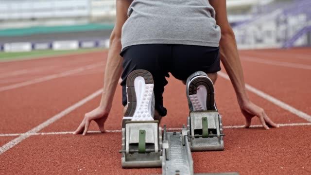 スプリンターブロックから始まる認識できない男性アスリートスプリンター。 - 陸上選手点の映像素材/bロール