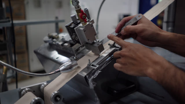 unkenntlich mann, der unbeleuchtete kontrolle von klebebändern während der produktionslinie maschine - qualitätsprüfer stock-videos und b-roll-filmmaterial