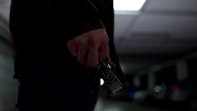 vídeos y material grabado en eventos de stock de hombre irreconocible de pie en un garaje subterráneo que sostiene las llaves del coche - garaje