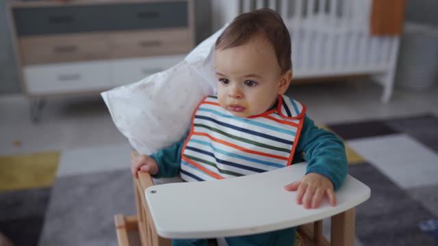 vídeos de stock, filmes e b-roll de mamã irreconhecível que alimenta o bebé com colher - sentando
