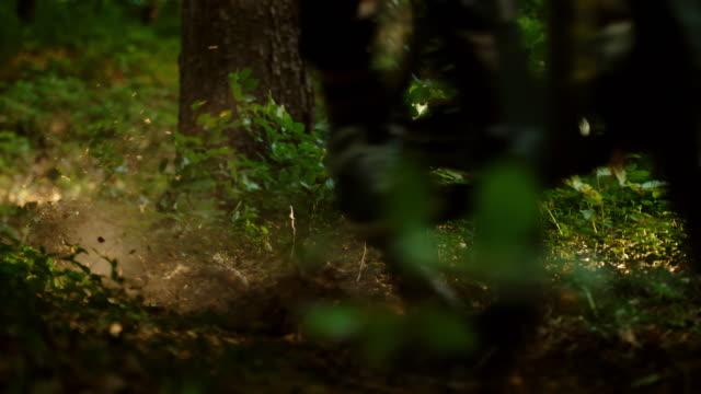 スーパースローmo認識できないmtbバイカーは、森の中をスピードを出します - サイクリングロード点の映像素材/bロール