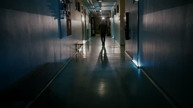 vídeos de stock, filmes e b-roll de slo mo paciente irreconhecível deixando o hospital - ir embora