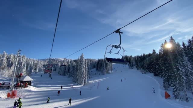 vídeos y material grabado en eventos de stock de personas irreconocibles esquiando en la hermosa estación de esquí de la montaña kopaonik - centro de esquí