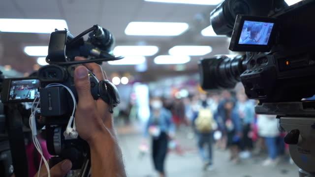 認識できない人々は、陰部でテレビ放送を待ちます - 撮影現場点の映像素材/bロール