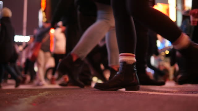 unrecognizable people walking in the city at night light. group of anonymous persons. urban lifestyle background - softfokus bildbanksvideor och videomaterial från bakom kulisserna