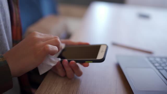 vídeos y material grabado en eventos de stock de persona irreconocible limpieza del smartphone - obsesivo