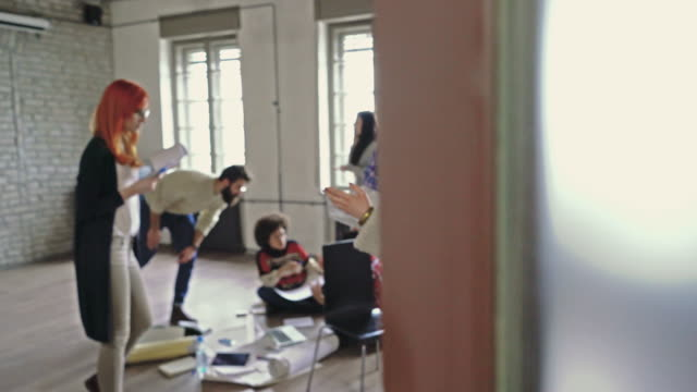 vídeos de stock, filmes e b-roll de pessoa irreconhecível, entrando o escritório cheio de pessoas de negócios em movimento de congelamento. - animação em stop motion