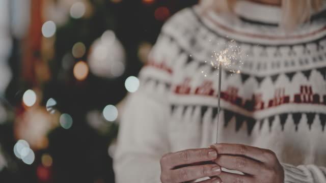 vidéos et rushes de slo mo personne méconnaissable tenant un cierge le soir du nouvel an - cierge magique